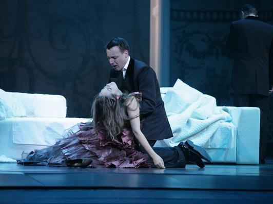 """מערכה שלישית: ויולטה מתה בזרועות אלפרדו (צילום: יח""""צ)"""