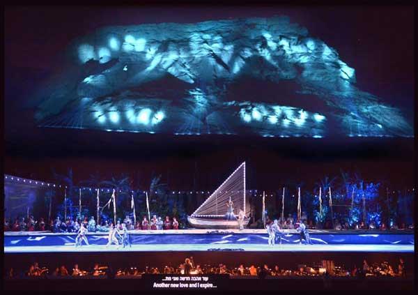 """סירנה בסירה בחלק הימי - """"חצר האהבה"""" - <strong>כרמינה בורנה</strong> למרגלות המצדה (צילום: יוסי צבקר)"""