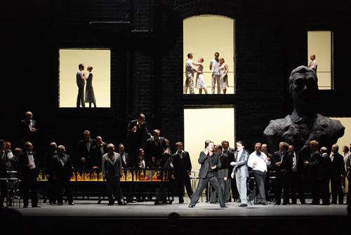 """הופמן שר את השיר על קליינזק, תמונה מההפקה בוורשה (צילום: יח""""צ)"""