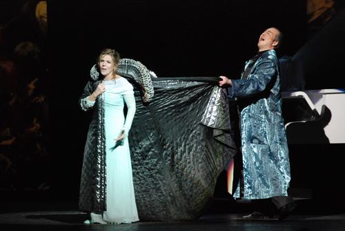 """דר' מירקל מלביש את אנטוניה במעיל הבדרנית, תמונה מההפקה בוורשה (צילום: יח""""צ)"""
