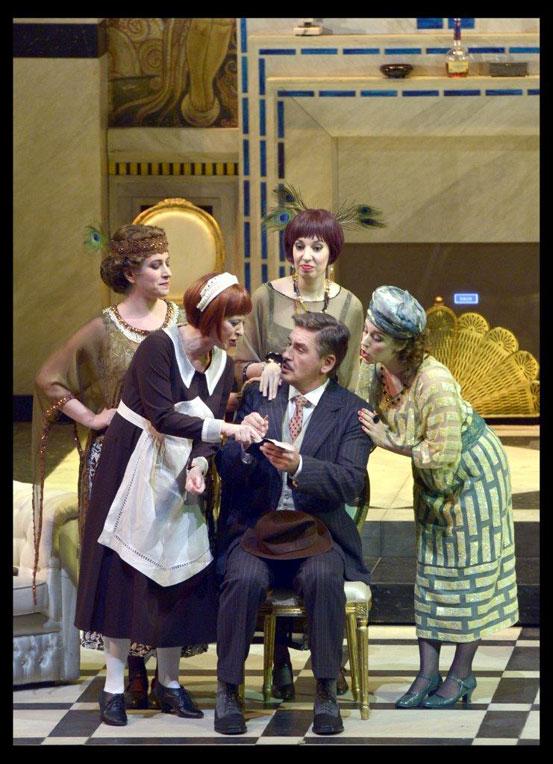 הבנות וליזט מציעות מקומות בילוי בפריז לרוג'רו - מערכה ראשונה (צילום: יוסי צבקר)