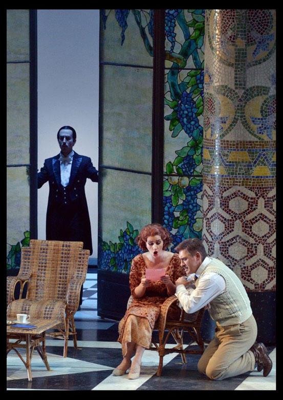 רוג'רו מראה לפולט/מגדה את המכתב מאימו בעוד גורלה סוגר עליה - מערכה שלישית (צילום: יוסי צבקר)