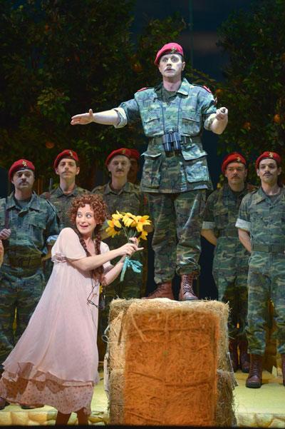 אדינה (הילה בג'יו), בלקורה (אנדרי בונדרנקו) - החייל מחזר אחר הנערה התחמנית (צילום: יוסי צבקר)