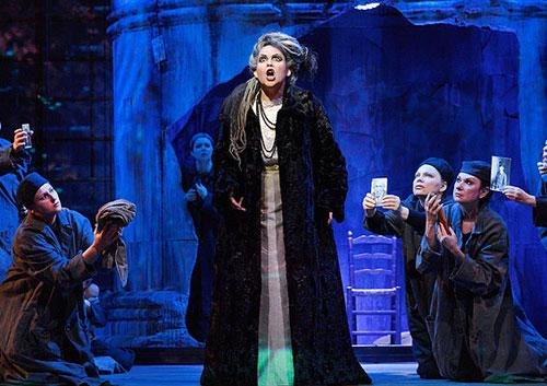 נשי העיר מציגות לאולריקה את תמונות הנעלמים - סצנה שנייה במערכה ראשונה (צילום: יוסי צבקר)