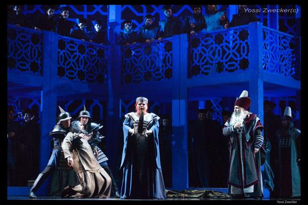 אביגיל אוחזת בכתר - מערכה שנייה (צילום: יוסי צבקר)