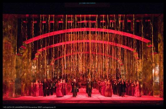 """המקהלה בתחילת המערכה השלישית (תמונה: יח""""צ)"""