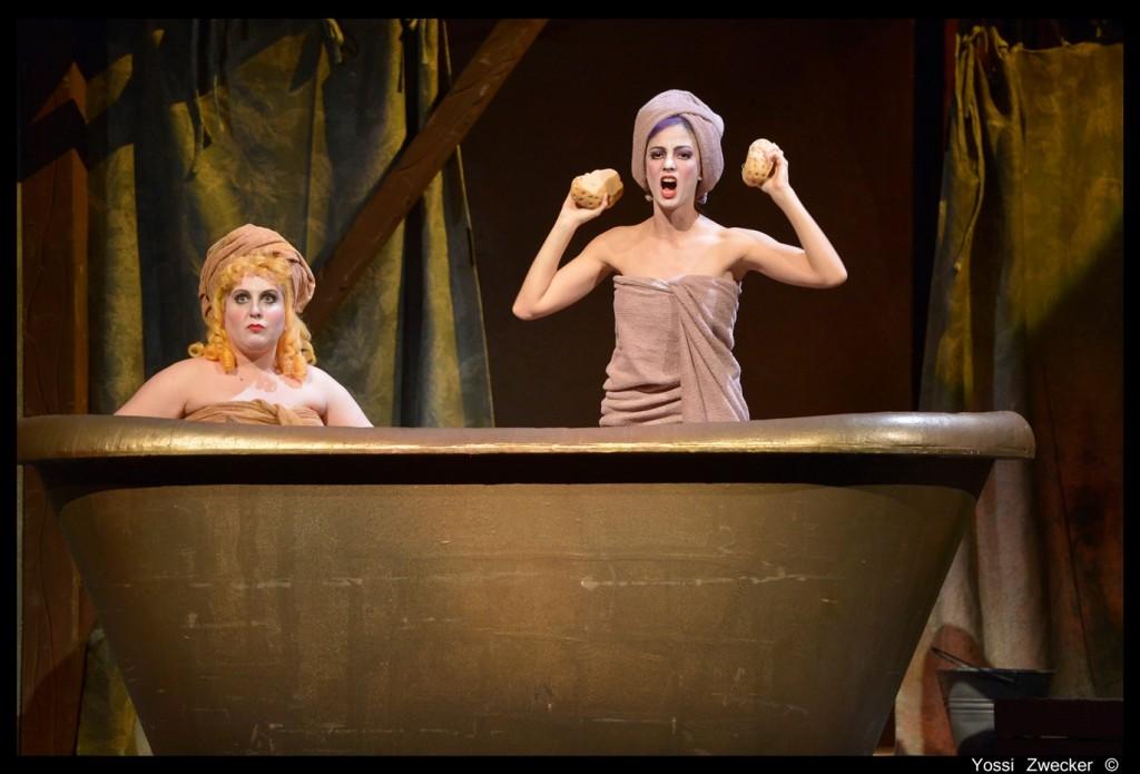 האחיות החורגות באמבטיה (צילום: יוסי צבקר)