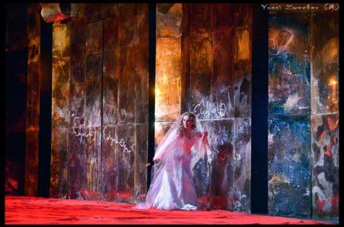 לוצ'יה רושמת את שמו של אדגרדו על הקיר (צילום: יוסי צבקר)